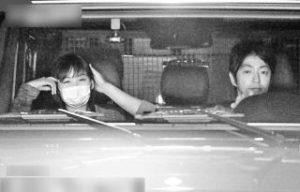大沢たかおと岩田絵里奈の車内ツーショット写真