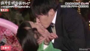 どんぐりと田中圭のキスシーンの写真