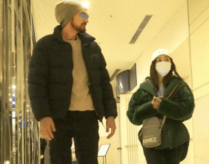 大島優子と外国人男性の写真