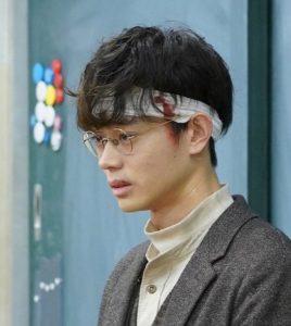メガネを掛けた菅田将暉の横顔の写真