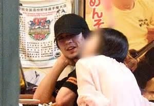 新田真剣佑と女性が食事をしている写真