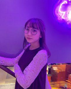 丸メガネをかけているikuraの写真