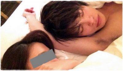 山本裕典がベッドで寝ている画像