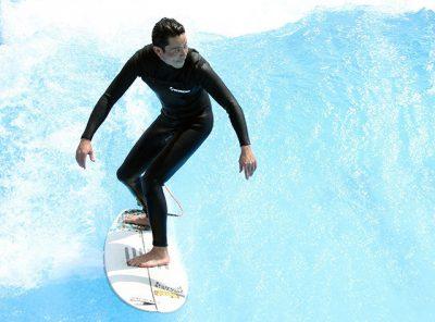 吉沢悠がサーフィンをしている写真