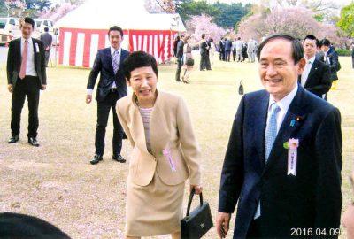 菅義偉と奥さんの画像